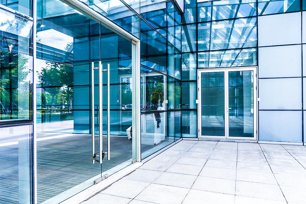 Ściana ze szkła sprawia, że budynek niezależnie od tego, czy jest prostą bryłą, czy zachwyca oryginalnym kształtem, przyciąga wzrok.